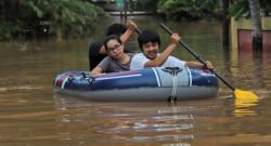 """Bencana Langganan Tiap Tahun, Inilah 10 Meme """"Banjir Sudah Biasa"""" ala Orang Indonesia yang Kocak"""