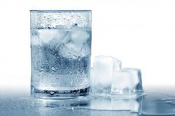 Mengapa Gelas Berisi Air Dingin Bagian Luarnya Basah?