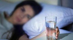 Bangun Tidur Sebaiknya Minum Air Putih Hangat atau Dingin?
